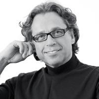 Dr. med. Hans Hendricks ist Chefarzt der S-thetic Clinic Düsseldorf und Spezialist für Brustoperationen.
